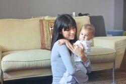Niñera cuidando de bebé