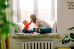 Niñera jugando con niña en casa