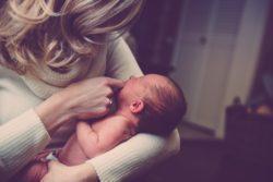 niñera con bebé en brazos
