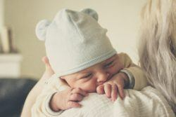 niñera sacando gases a bebé