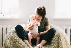 Niñera de bebés recién nacidos con niño en brazos