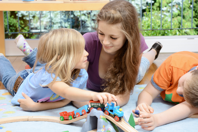 funciones de una niñera canguro jugando con niños