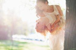Buscar niñera: cómo elegirla. Canguro jugando con niña