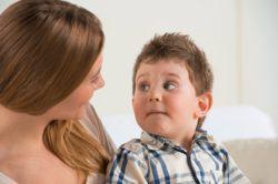 cómo ser una buena cuidadora de niños, niñera utiliza método de escucha activa