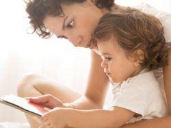 Opciones de cuidado de niños, niñera bilingüe o nativa leyendo cuento a niña
