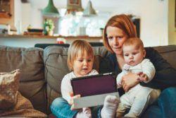 niñera compartida cuidando de dos niños
