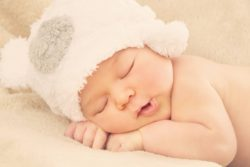 Una buena niñera de bebés consigue imagen de niño durmiendo