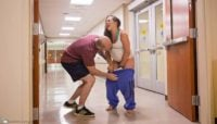 Una fotógrafa capta la impresionante secuencia de una mujer que da a luz en el pasillo de un hospital