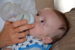 una buena niñera de bebés sabe dar al recién nacido el biberón