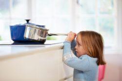 Cómo evitar accidentes infantiles, niña coge cazo en la cocina