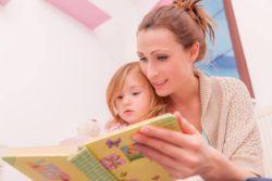 Cuidar de los hijos es más cansado que trabajar, madre leyendo cuento a hija