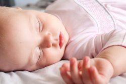 muerte súbita del bebé, niña durmiendo boca arriba