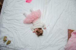 muerte súbita del bebé, niña en cama de los padres
