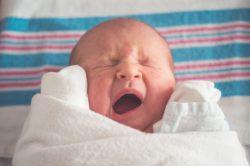 muerte súbita del bebé, recién nacido bostezando