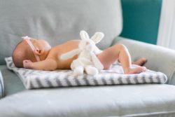 muerte súbita del bebé, recién nacido durmiendo sobre sillón