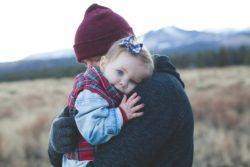 Abrazos contribuyen a desarrollo del cerebro de los hijos