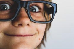 Juegos para niños de 8 a 10 años niño con gafas