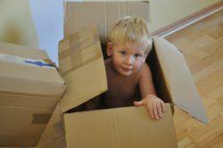 Juegos para hacer en casa con niños, niño en caja