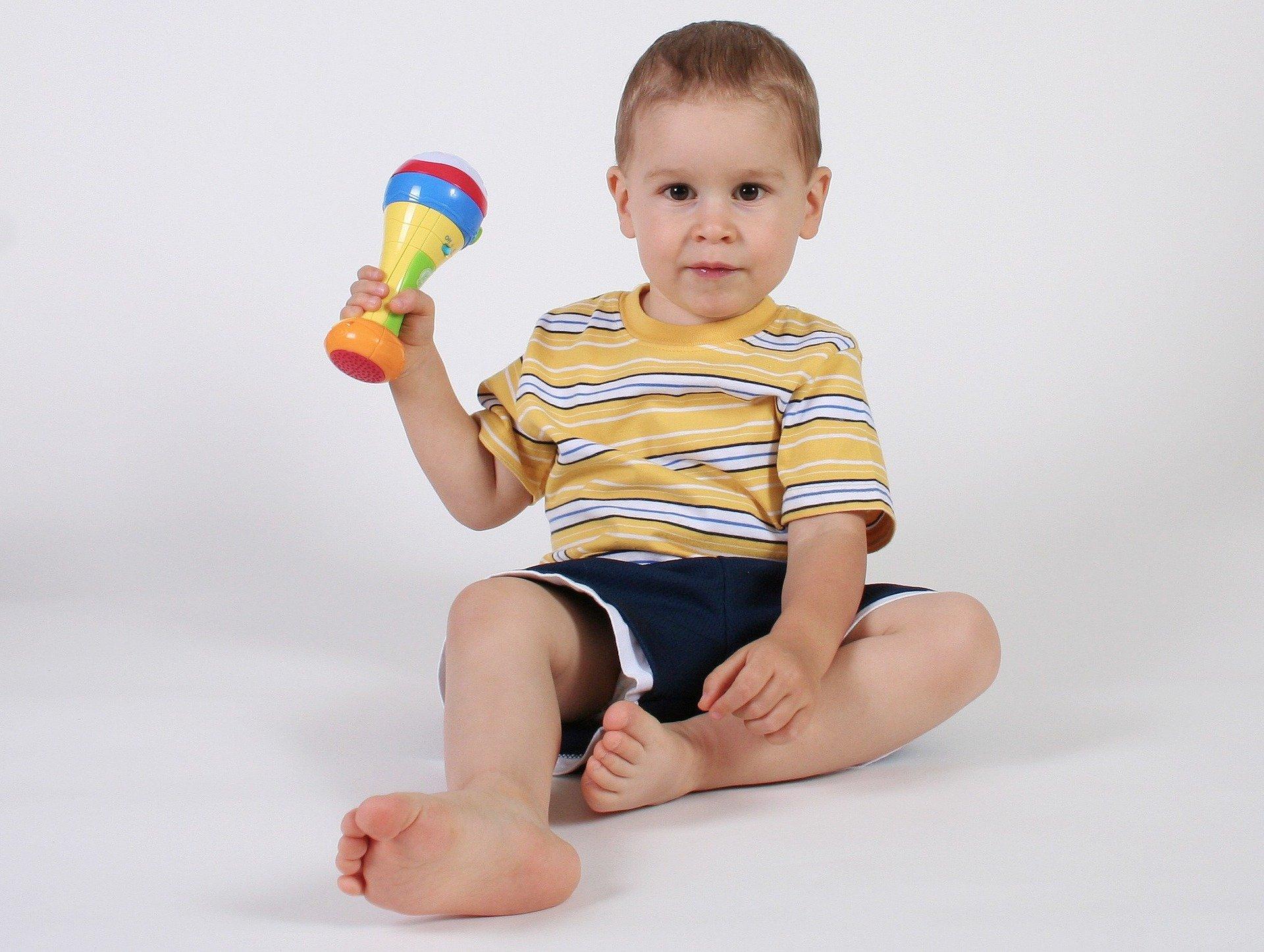 Il bambino butta tutto per terra: cause e soluzioni   Sitly Blog